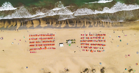Plaża z leżakami z drona