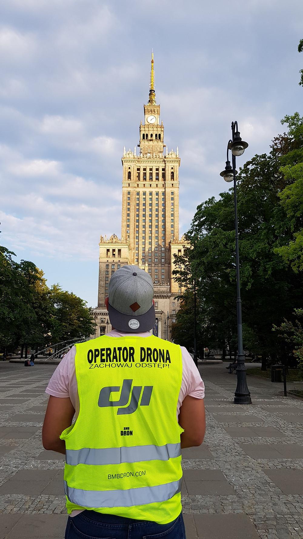 Operator Drona podczas komercyjnego zlecenia.
