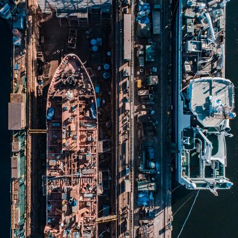 Statek towarowy tankowiec z drona