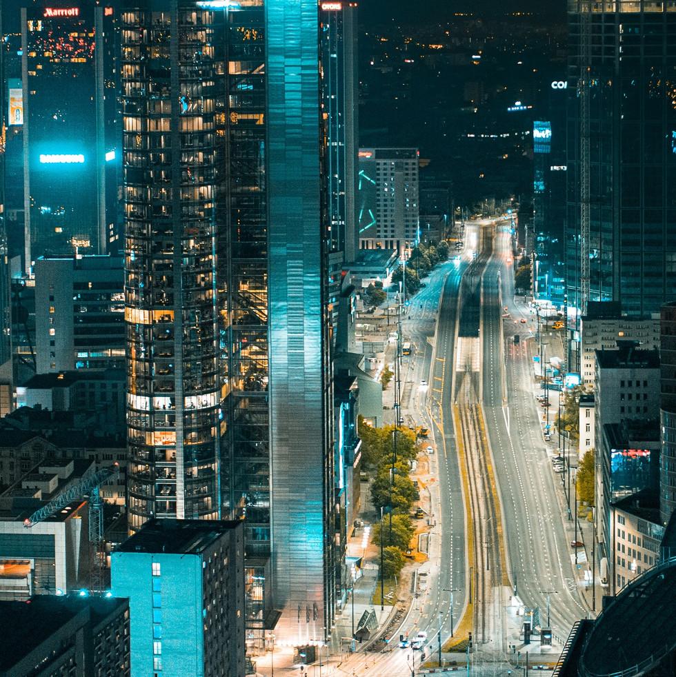 Rondo ONZ nocą z drona Inspire 2 X5S