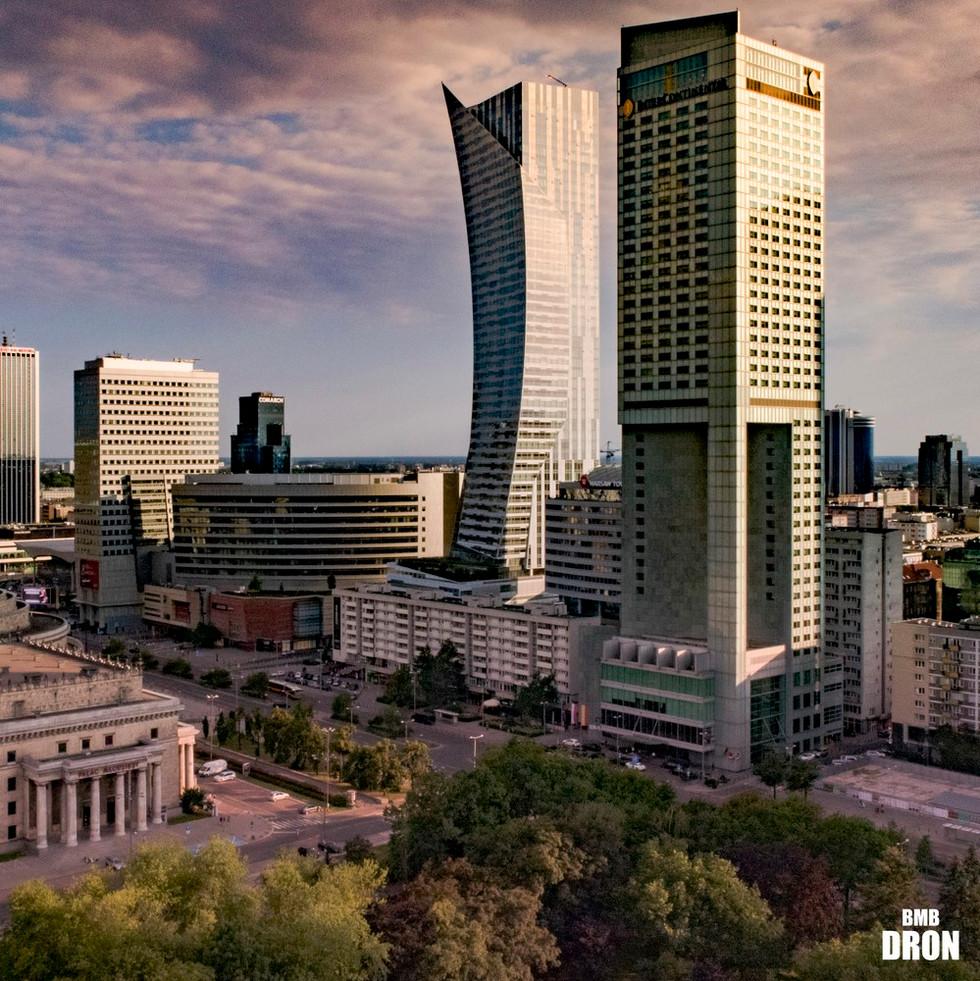 Wieżowce w centrum Warszawy z drona