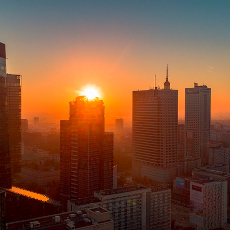 Wschód słońca z drona 4K nad warszawą - wieżowece