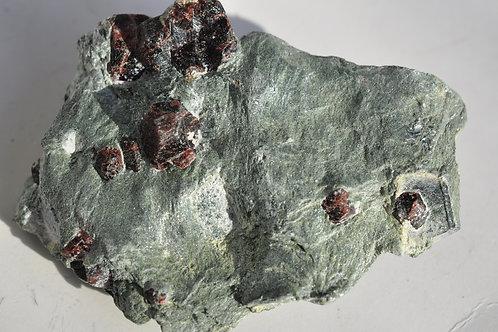 Гранат-альмандин в серицит-хлоритовом сланце 3426-В