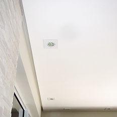 O forro tabicado possui um espaçamento entre 2cm - 2,5cm, e este vão aparente nas laterais entre o teto e a parede dão a impressão de um teto/forro flutuante.