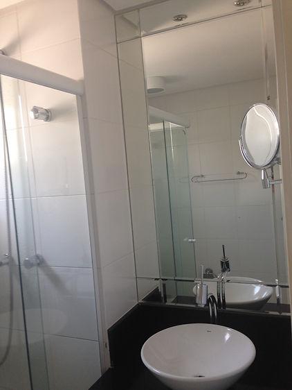 Forro de gesso drywall , espelho cm bisotê e box de canto incolor
