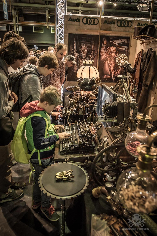 Besucher am Steampunk Stand