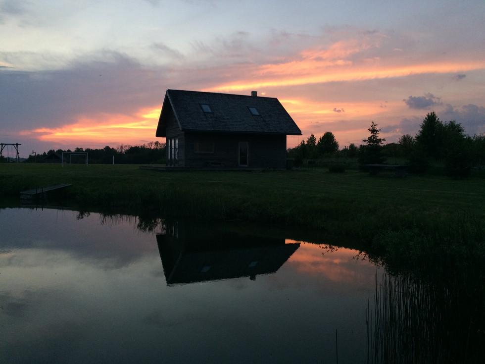 Pirts māja saulrietā