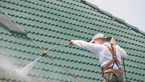 Démousser sa toiture : est-ce risqué de le faire seul?