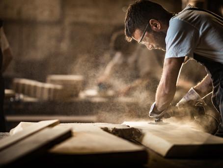 Les différentes essences de bois pour la fabrication du mobilier CHR professionnel.