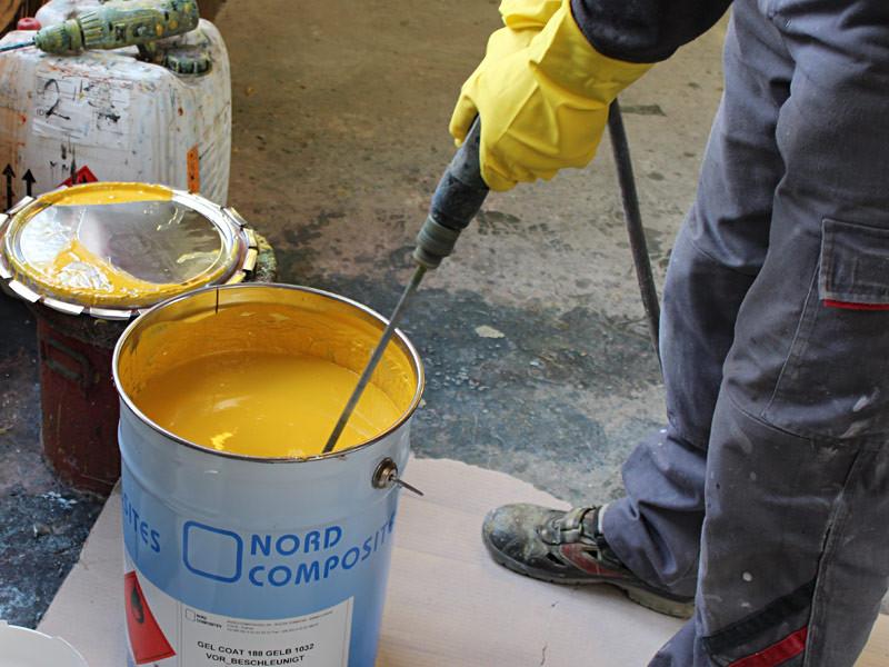 mélanger des pots de peinture pour obtenir un couleur spéciale