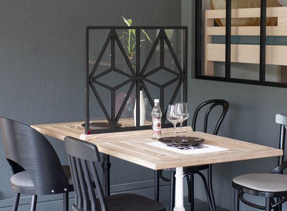 la cloison de séparation sur une table de restaurant