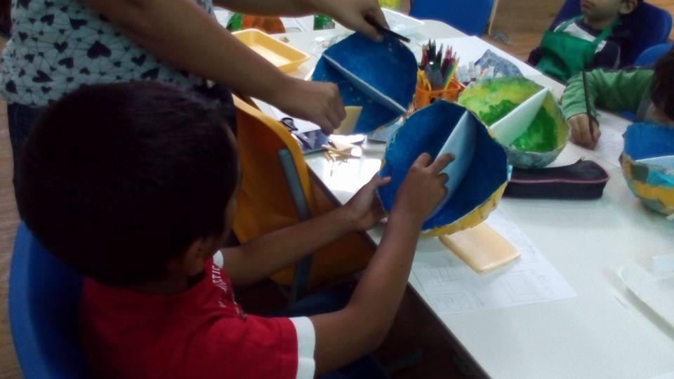 Construção de maquetes da Casa Bola durante a aula de Alessandra
