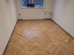 Large wood efect tile in heringbone stil