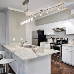 traditional-kitchen-with-breakfast-bar-m