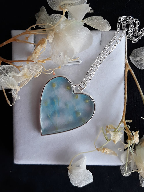 Heart necklace with resin and flower buds