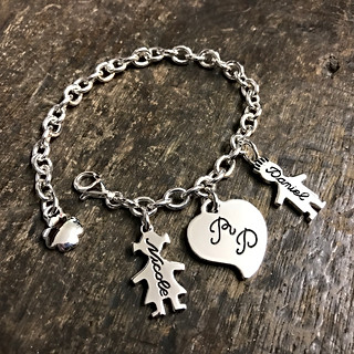 Bracciale con catena media, due bimbi cm.2 pendenti e cuore.