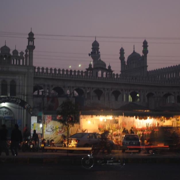 Gulburg Mosque at night.