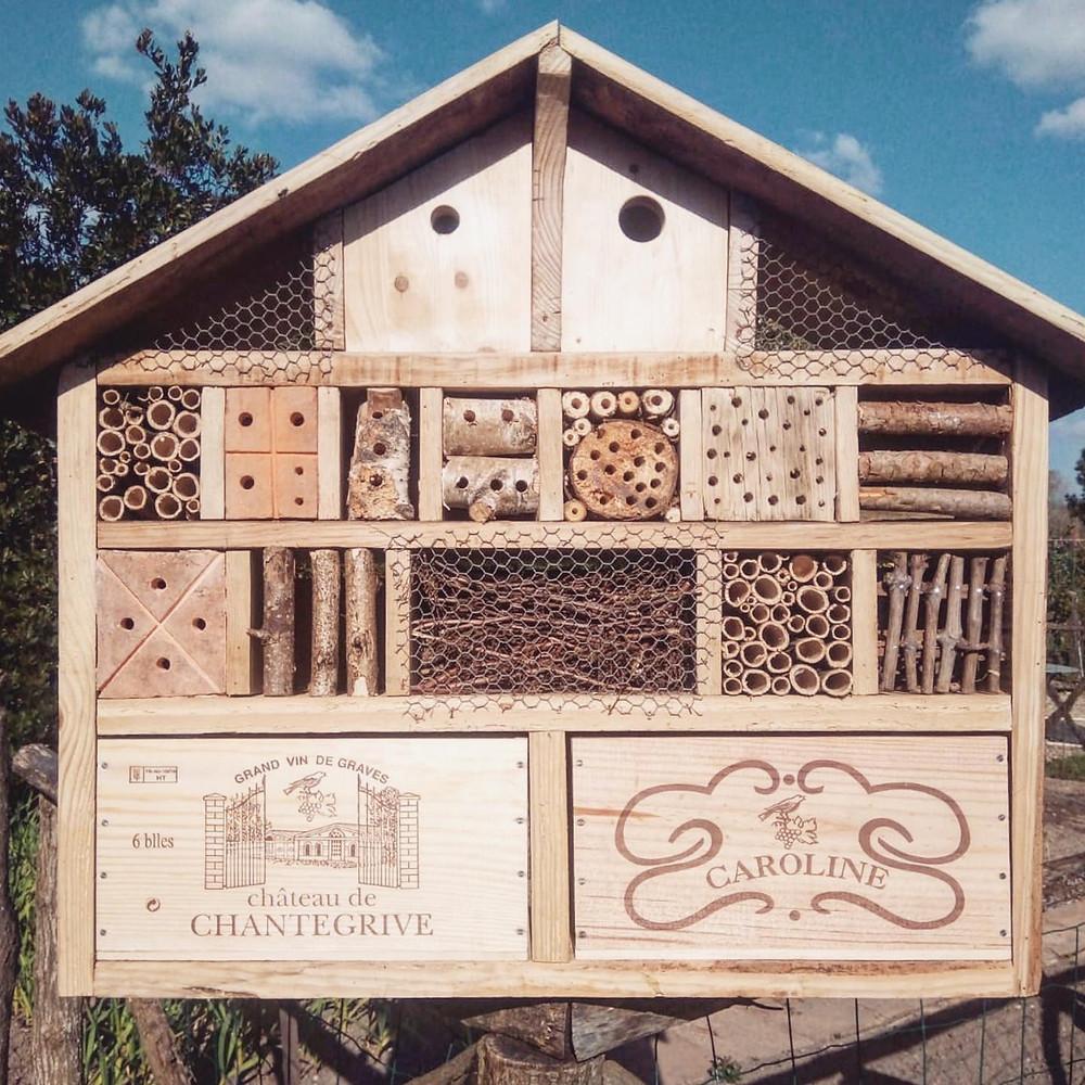 Cabane à insectes Château de Chantegrive caisses de vin