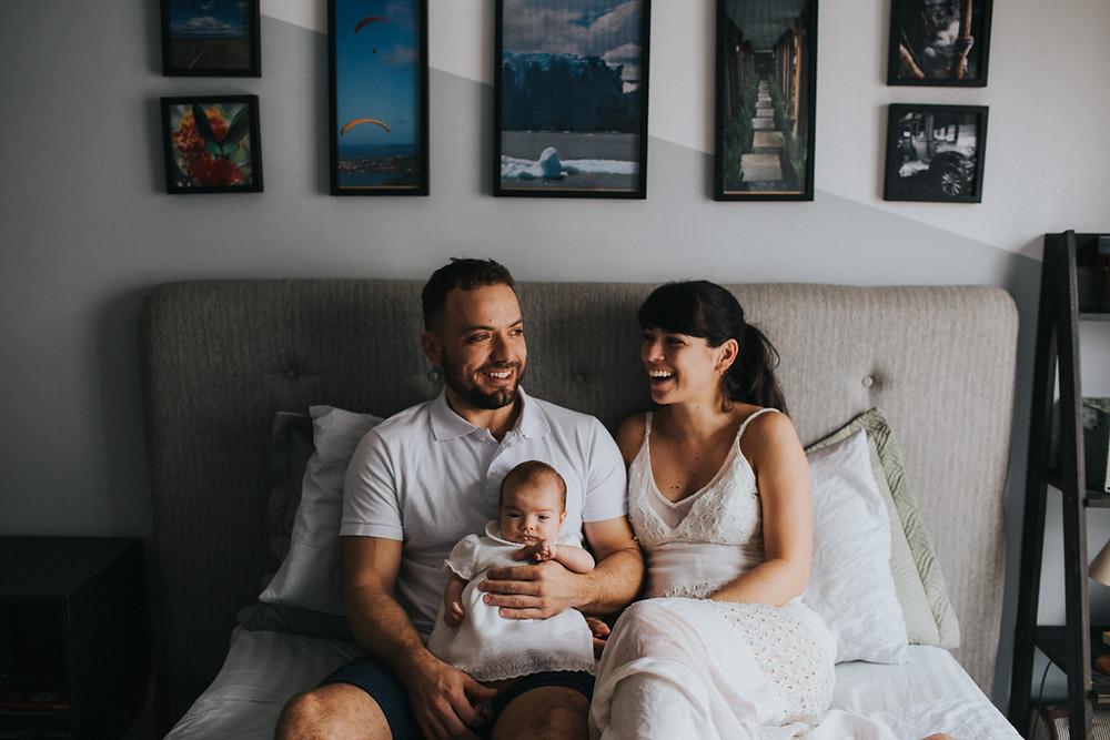 Ensaio do bebê recém-nascido na cama, feito em casa pela Babuska - Fotografamos em São Paulo, Florianópolis, Campinas, Ribeirão Preto, Rio de Janeiro e Brasília.