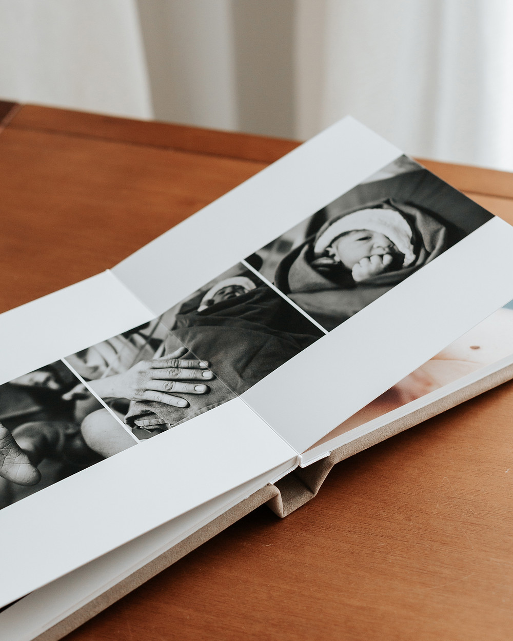 Album Impresso com 800g de gramatura, papel fotográfico resistente, capa de tecido suede e gravação a laser. Diagramação minimalista. Babuska Fotografia.