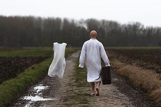 arthy mad, série solo, solitude grâce ou malédiction, tableau photographique, chemin, robe vintage, valise, absence, présence