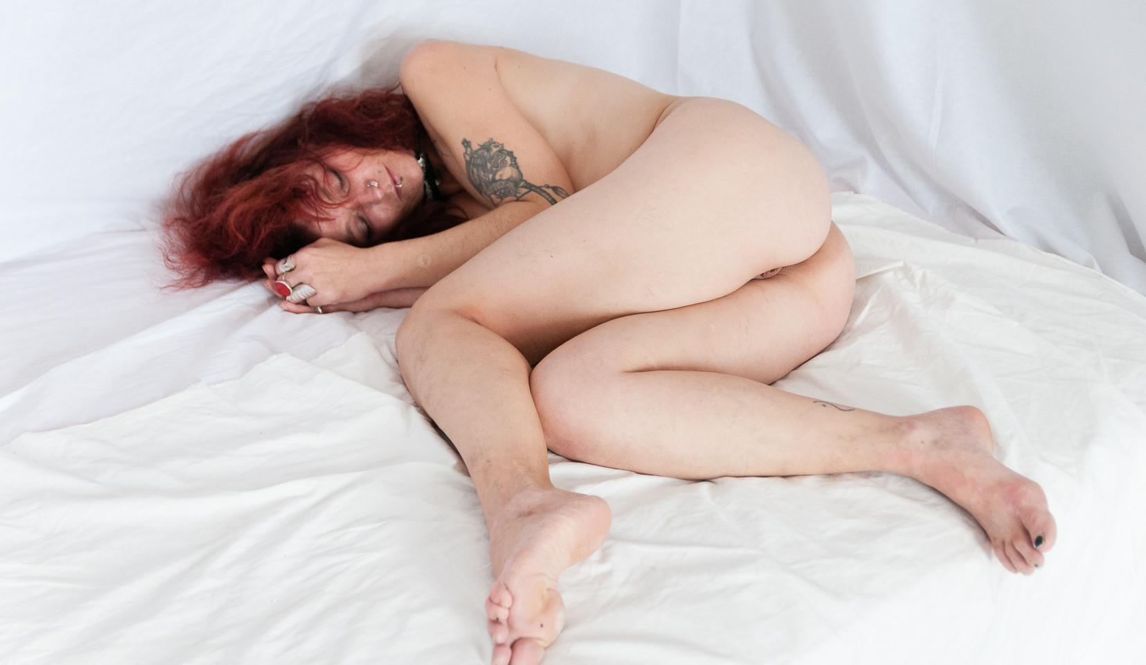 Mon corps a une histoire, arthy mad artiste photographe, corps nu, sexualité, homme nu, femme nue, décor blanc, rendez vous, tatouage