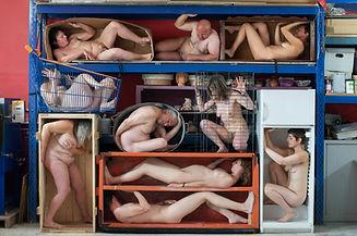 contours, cadre, arthy mad, artiste photographe, corps, nudité, caddie, frigo, carton, cage, caisse, rack, final, arthy, mad, femme, homme