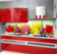 """Скинали """"Тюльпаны"""" идеально дополняют и оживляют интерьер красной кухни."""