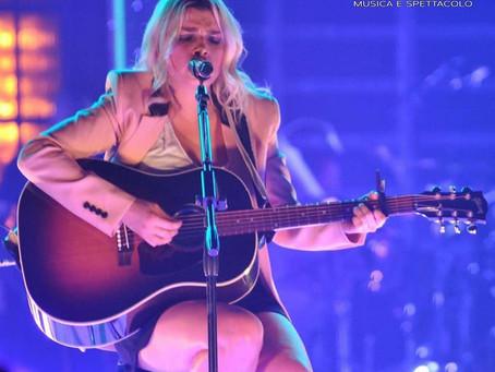 Emma alla chitarra/à la guitare