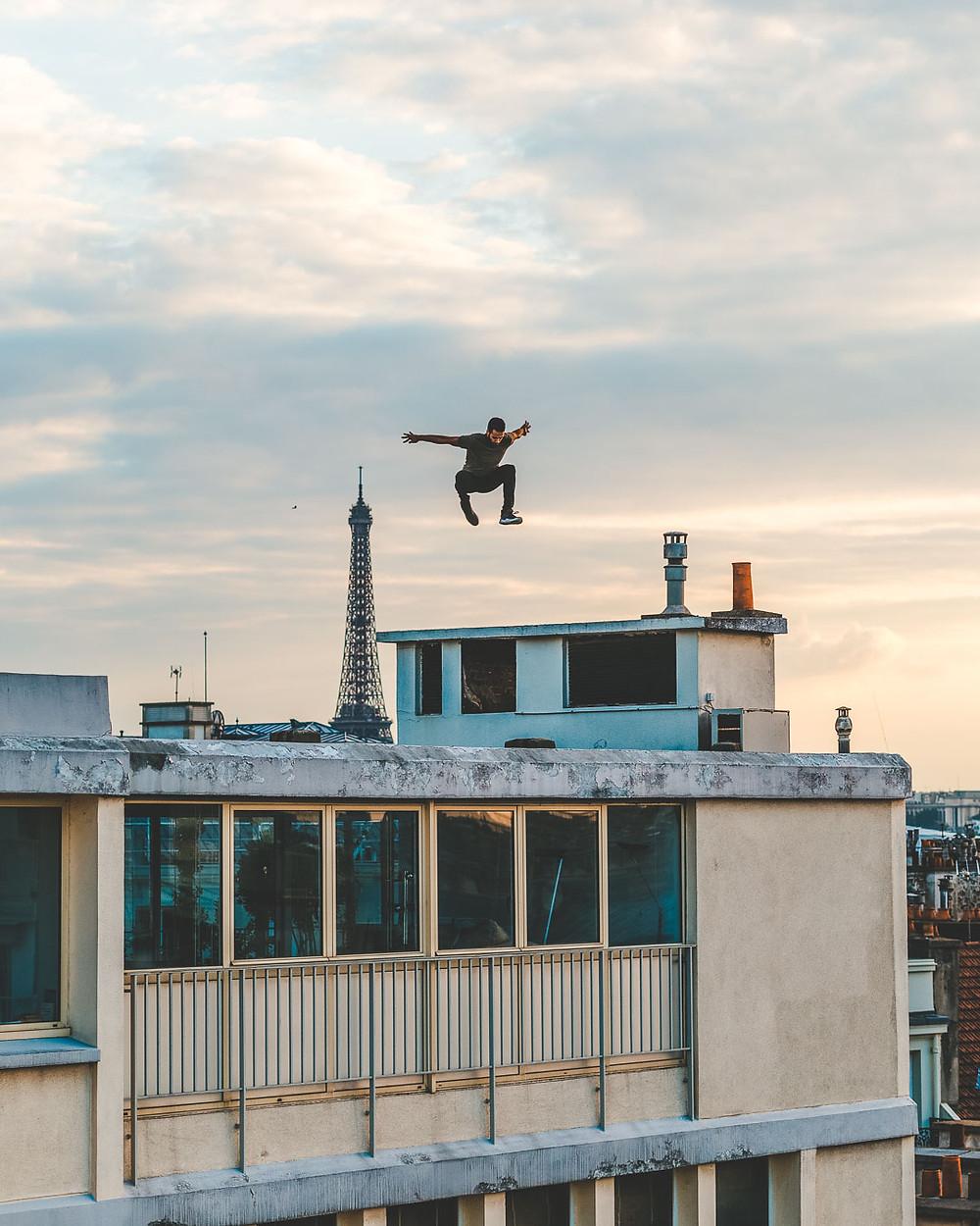 saut avec vue sur la Tour Eiffel