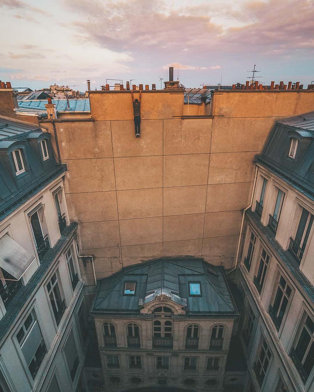 Suspendu au bord du toit