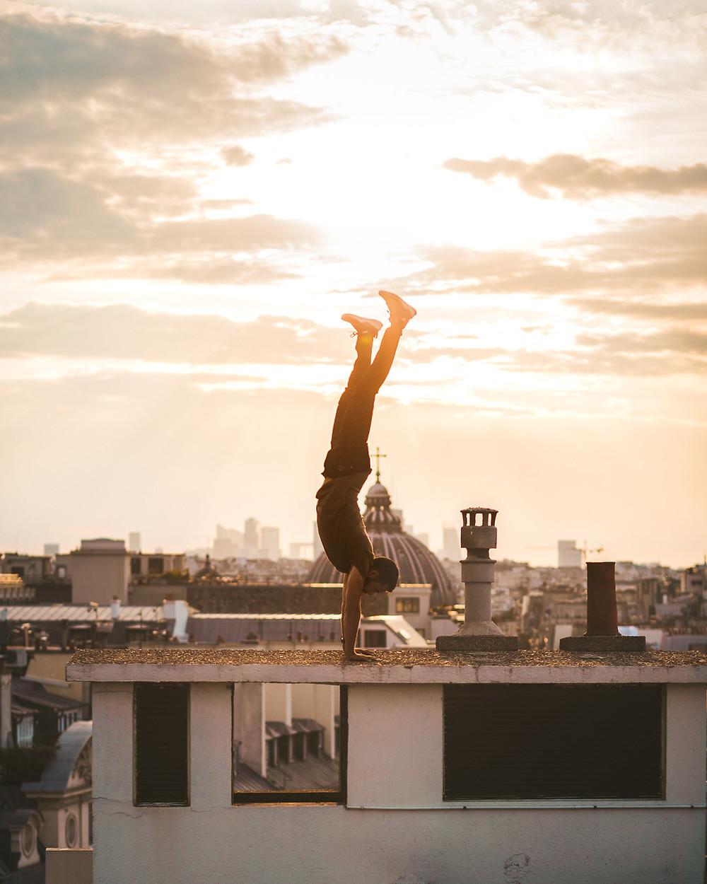 Equilibre devant le coucher de soleil