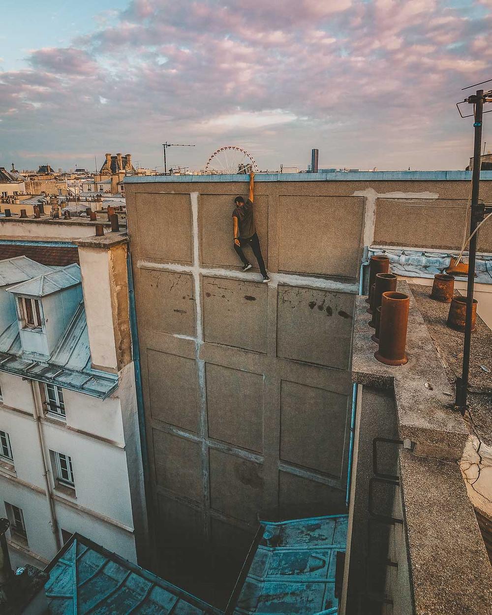 Robin en suspension sur le bord d'un toit
