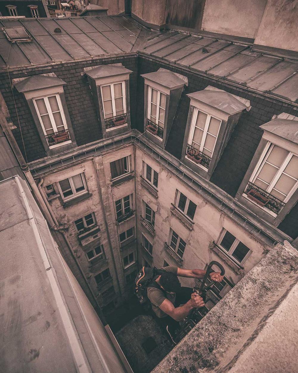 Redescente de l'échelle depuis les toits