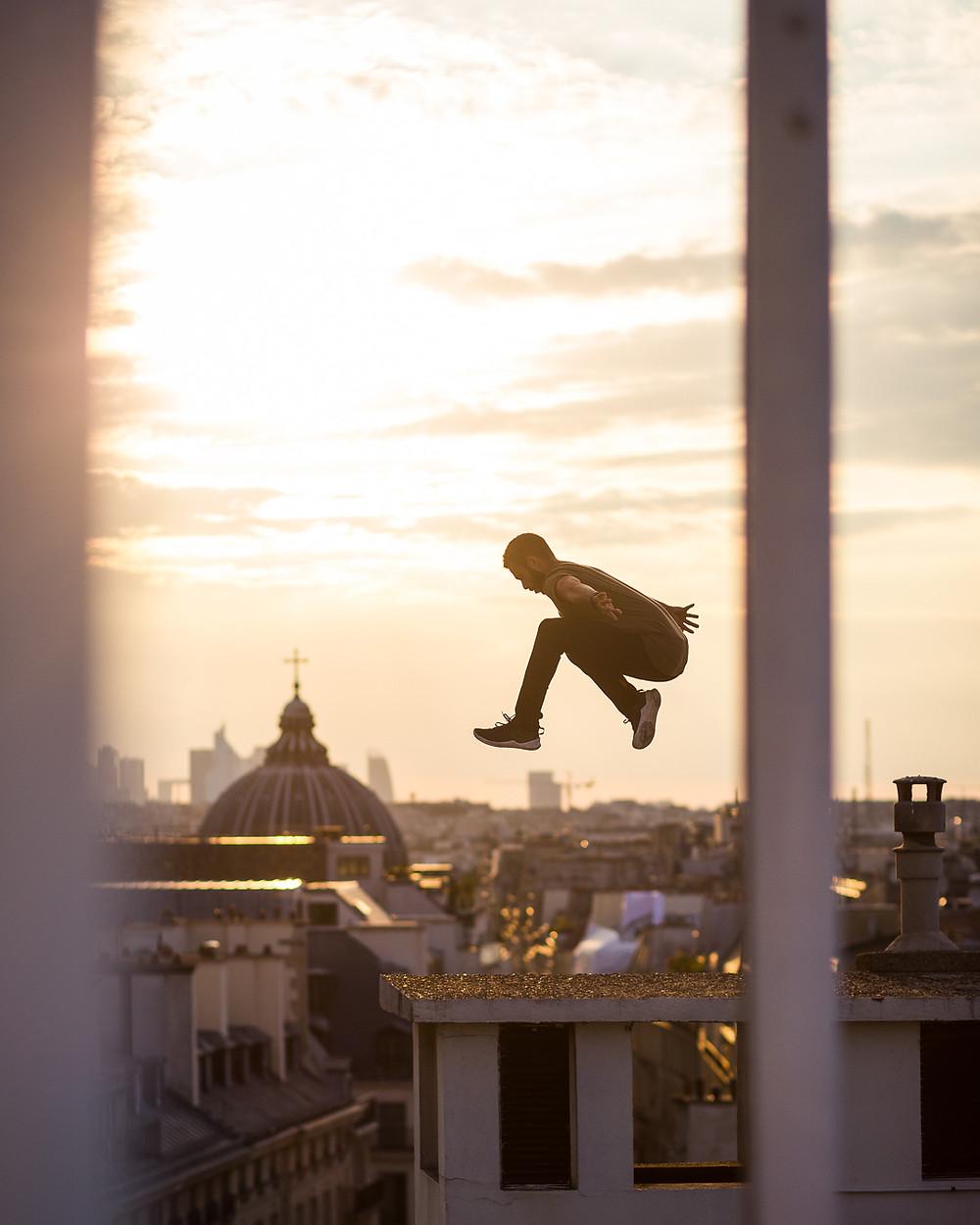 Jump devant le coucher de soleil