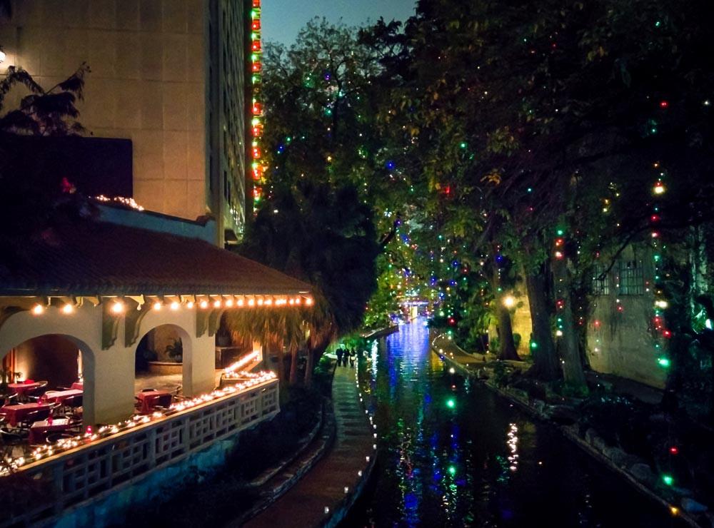 Canal dans la ville de San Antonio avec arbres décorés de lumières en soirée. Riverwalk à San Antonio, Texas