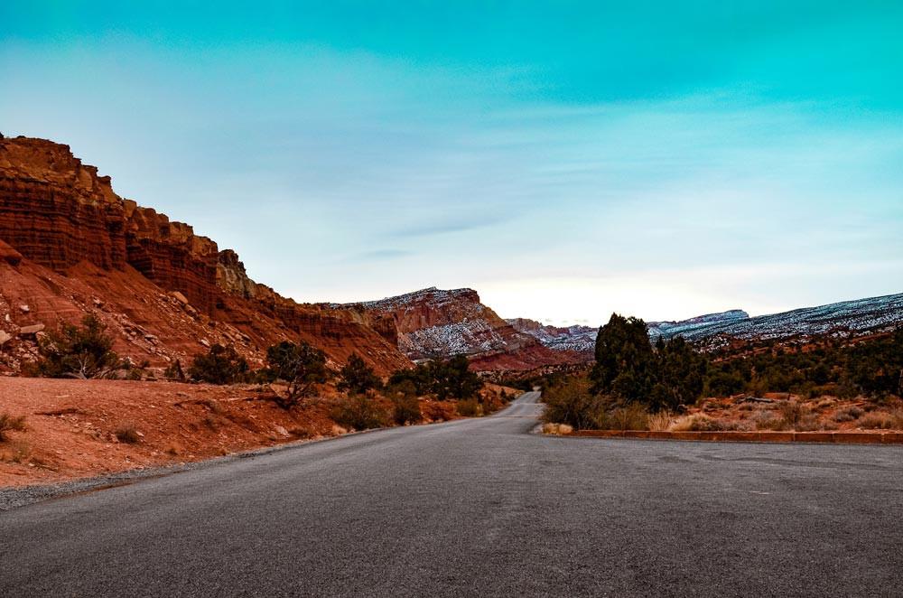 Route dans le désert avec un peu de neige sous un ciel bleu. Route 12, Utah