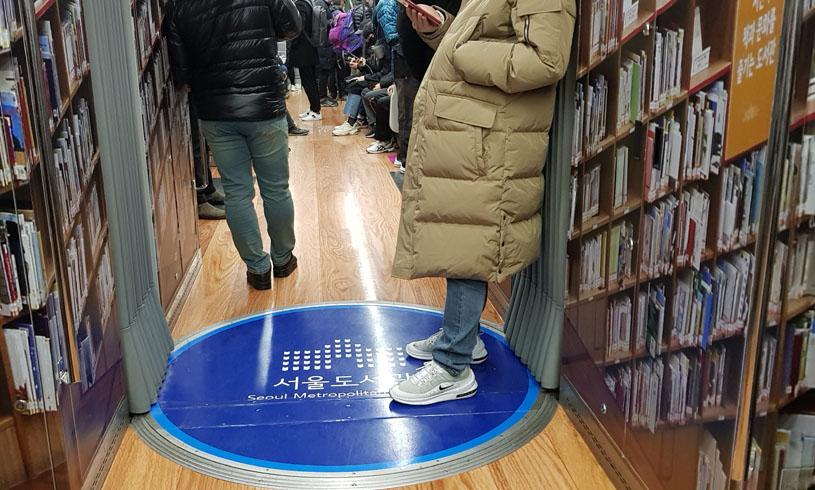 책 읽는 지하철