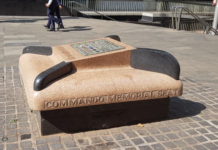 기념비 의자