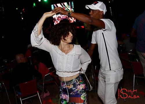Julie y Ichy dancing.jpg