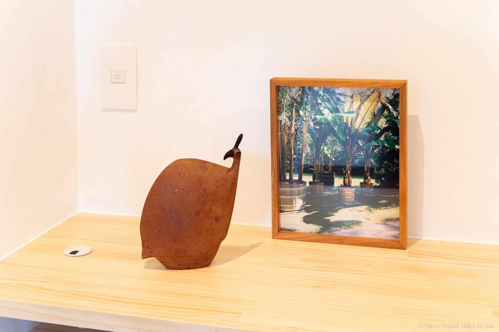 左: ナミビア産ホロホロ鳥, 木彫刻  右: Wataru Murakami, 写真