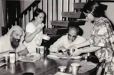 Swami Dayanandaji e Swami Chinmayanandaji comendo na casa de devotos em Coimbatore