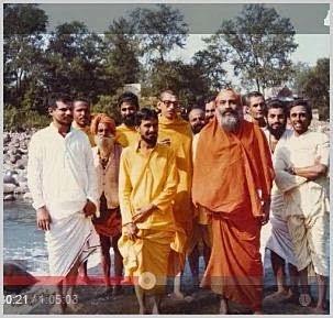 Pujya Swamiji, com alunos do segundo curso de Vedanta, em Rishikesh, nos anos 70