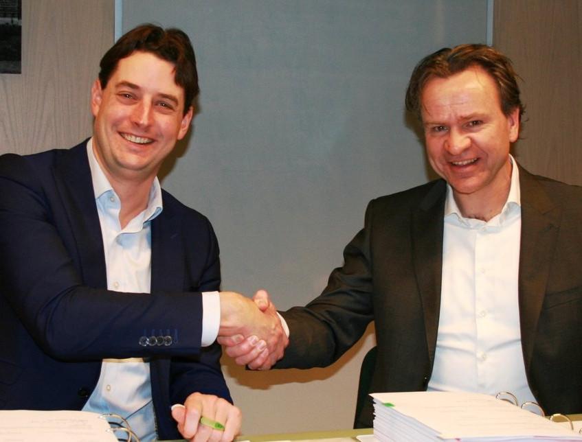 Ondertekening+van+het+contract+door+Sebastiaan+de+Wilde+(NS)+en+John+Koster+(Averesch)