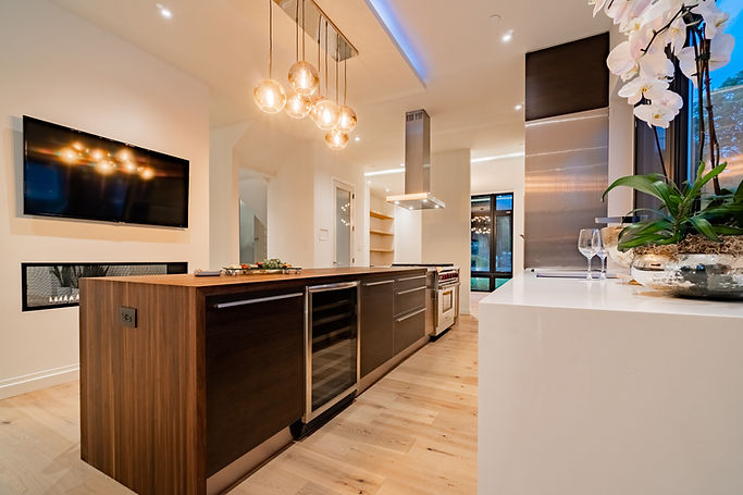 10 ft ceiling  kitchen - 2nd floor.jpg