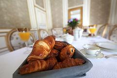 petit déjeuner à la française dans un décor somptueux