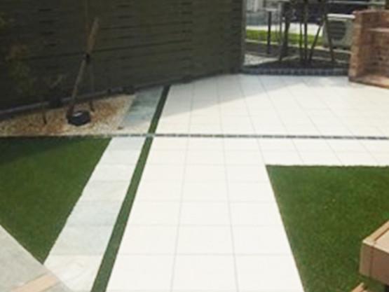 雑草対策として化粧砂利の下には防草シートを敷いてあります。 緑色の部分は人工芝エバーグリーンです。
