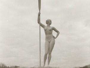 """""""Девушка с веслом"""": кто позировал для скульптуры, ставшей секс-символом СССР?"""