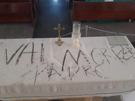 O POVO: Missas continuarão acontecendo após ação de vândalos na igreja de Cruz