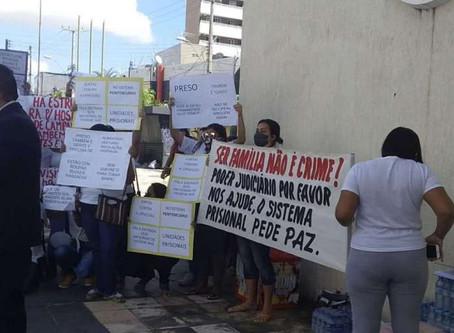 O POVO: Mulheres parentes de presos fazem manifestação em frente à sede da SAP